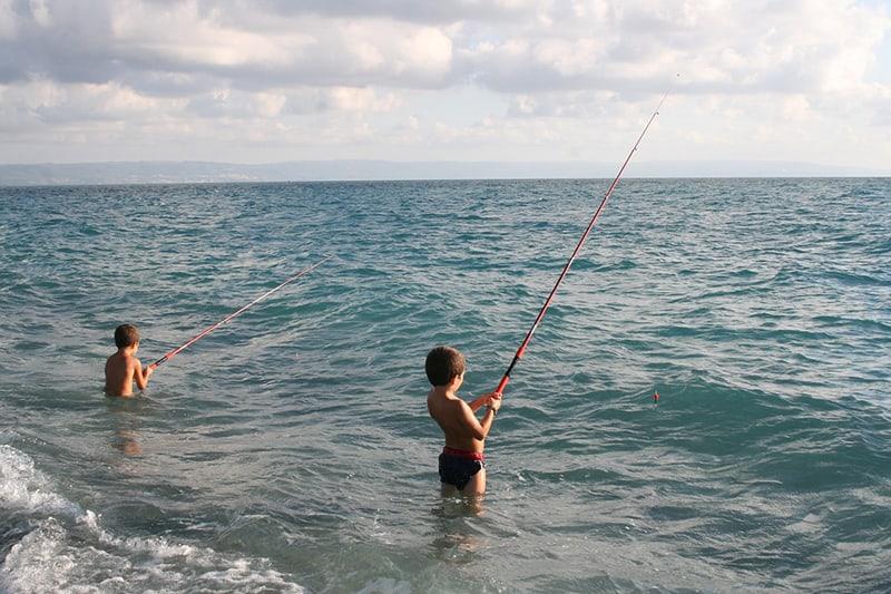 Итальянские мальчишки с удочками в море. Такая картина - не редкость для Калабрии