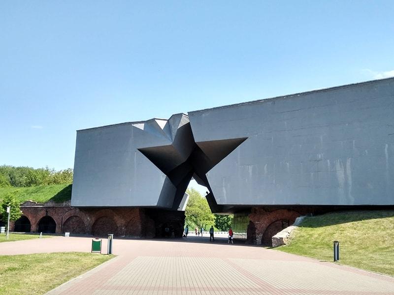 Главный вход в крепость выполнен в виде арки в форме пятиконечной звезды, проходя через которую слышишь взрывы снарядов и голос Левитана