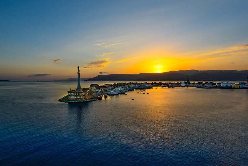 Мессина, Сицилия. Вид на порт на закате