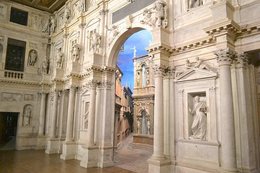 """""""Олимпико"""" — самый старый крытый театр в мире. Это последний шедевр Палладио, который достраивал его ученик Винченцо Скамоцци"""