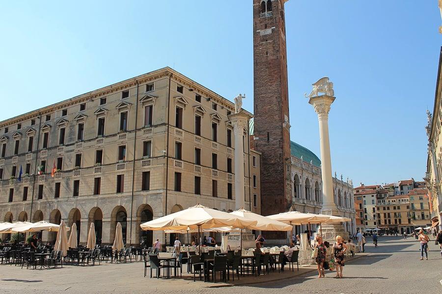 Виченца – Площадь Синьоров с двумя колоннами в центре — одна с фигурой Спасителя, другая со львом Св. Марка