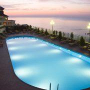 Открытый бассейн в отеле Гранд Палас