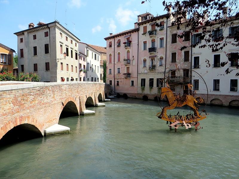 Итальянцы называют город «Венецией в миниатюре». В Тревизо действительно есть и мосты, и каналы