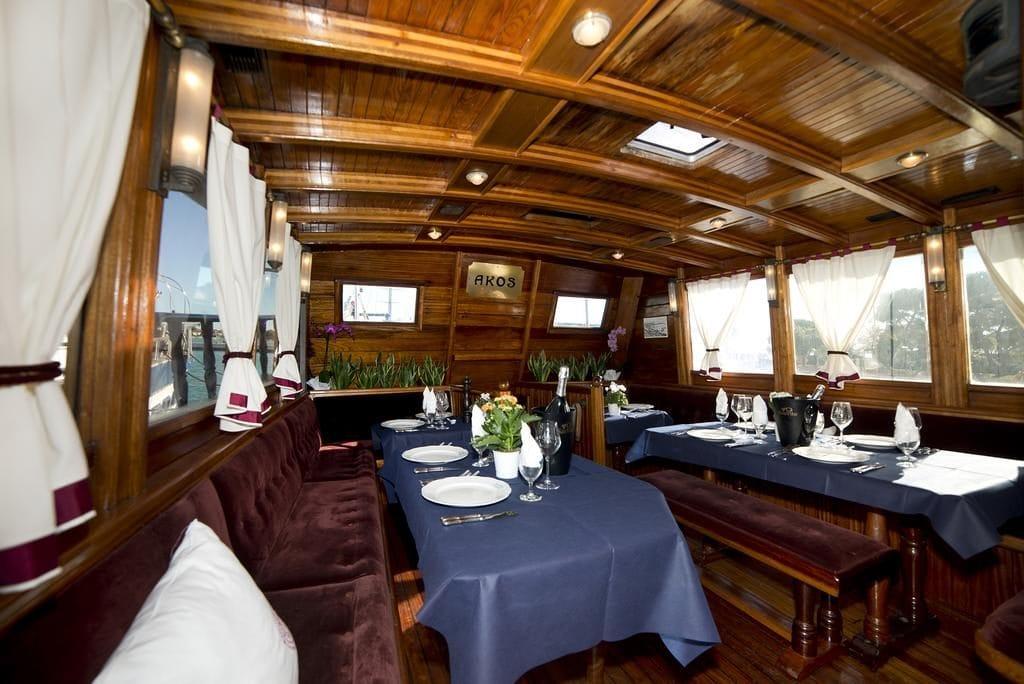 Столовая зона на яхте Akos /фото Booking.com