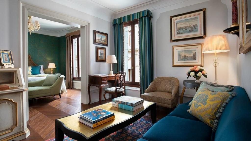 Один из номеров отеля Gritti Palace в Венеции /фото Booking.com