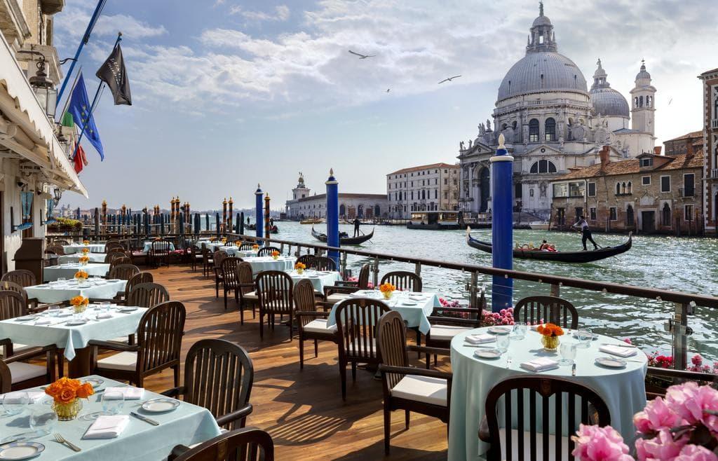 Хороший вид на венецию с террасы отеля Gritti Palace