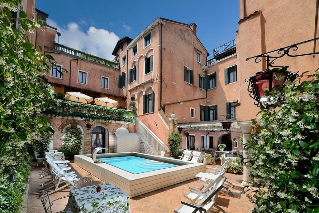 Двор отеля Giorgione в Венеции /фото Booking.com
