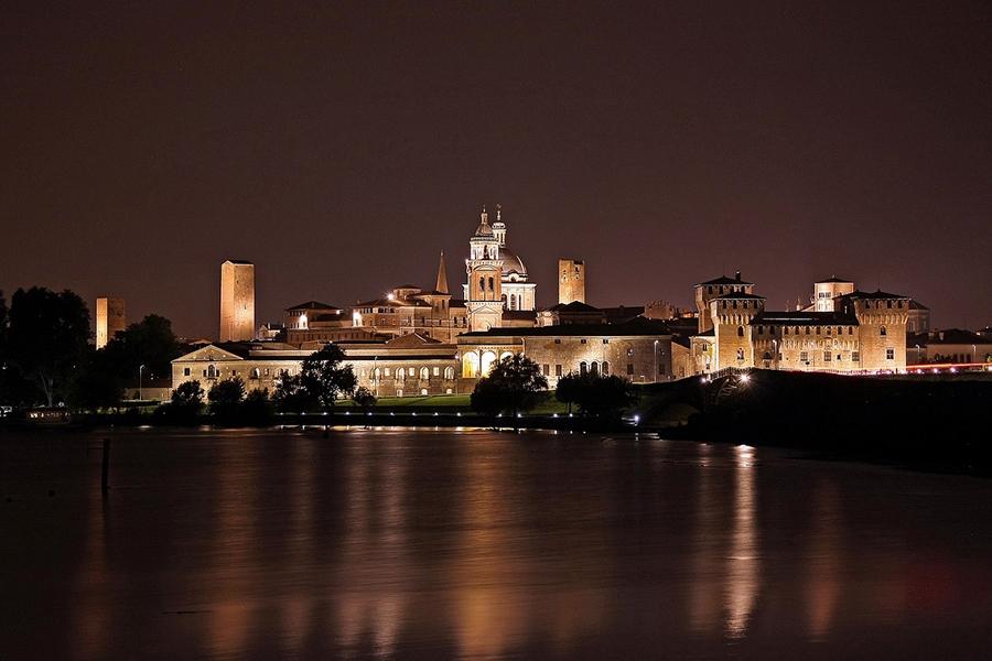 Ночная Мантуя. Вид на озеро и город