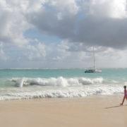 Иногда волны, бывали нешуточные. Один раз начался тропический ливень, еле успели с пляжа убежать в отель, а в остальное время с океана дул легкий ветерок