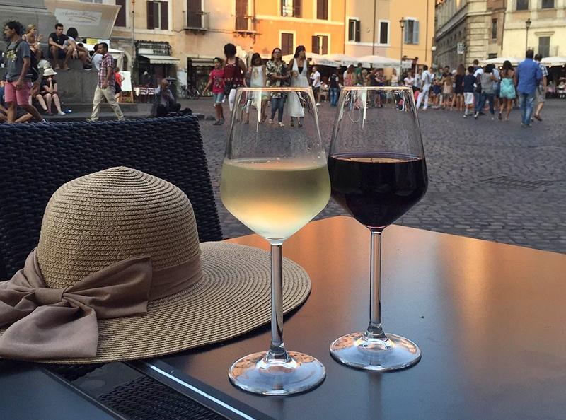 Советую присесть в кафе, которых здесь несколько, и за бокалом вина впитывать красоты разных эпох: от Средневековья до Ренессанса и барокко