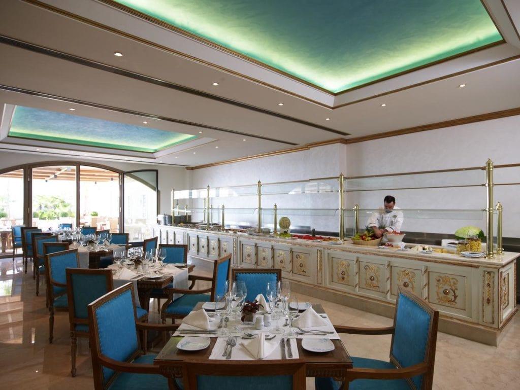 Ресторан спа-отеля Mitsis Laguna в Греции