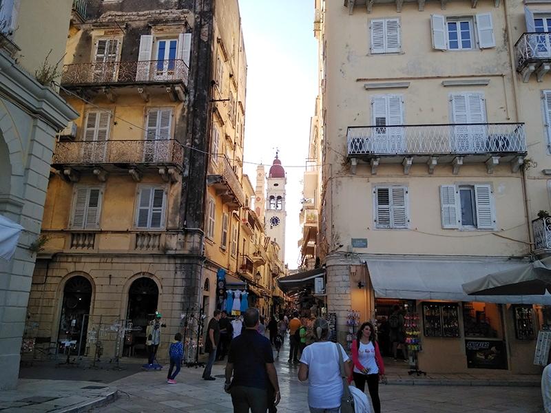 Всегда шумная Керкира. Вид на торговую улицу и храм Святого Спиридона