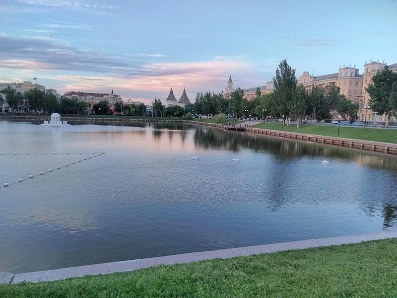 Лебединое озеро - излюбленное место для прогулок с детьми в Астрахани