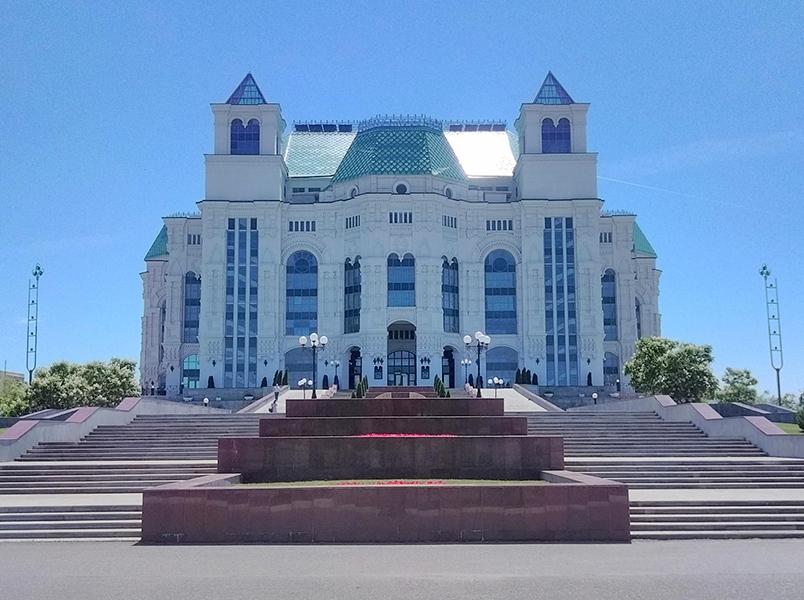 Театр очень красив: он расположился на холме, к центральному входу огромного терема ведёт широкая лестница, украшенная фонтанами