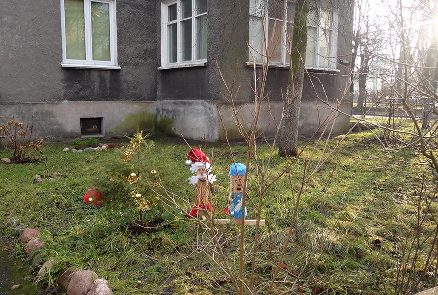 Дед Мороз и Снегурочка в Калининграде чаще стоят на травке, чем на снегу