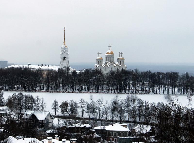 Вид на заснеженные пейзажи Владимира и Успенский собор