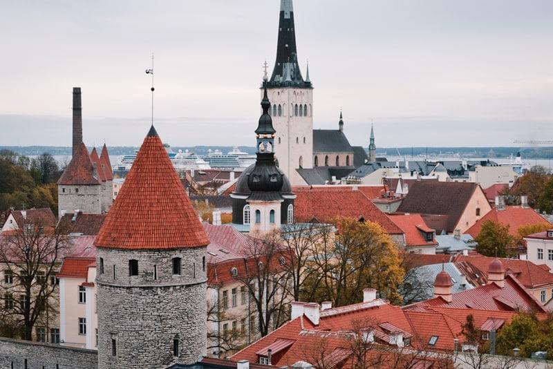 Вид на Старый город и порт со смотровой площадки
