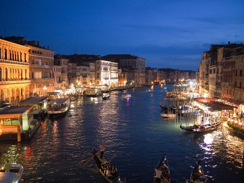 Вид ночной Венеции в Новый год