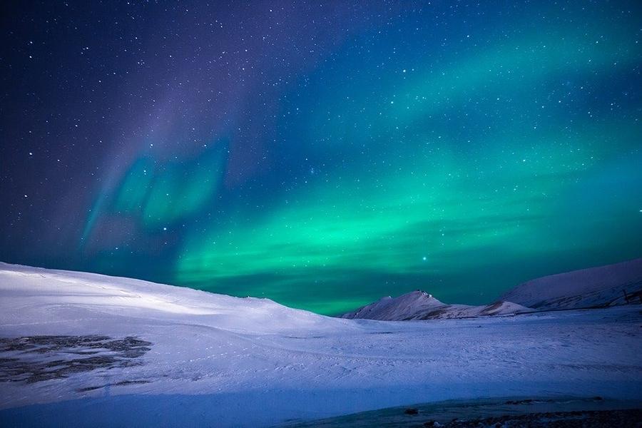 Всполохи Северного сияния на ночном небе