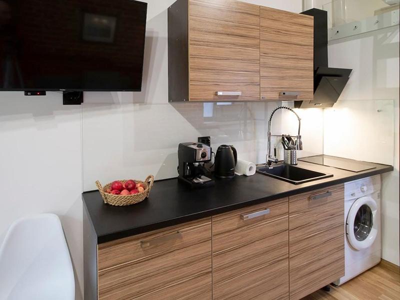 Небольшая кухонная зона со стиральной машиной