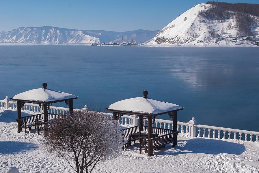 Берег Байкала зимой