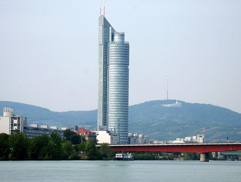 Башня Миллениум построена в Вене к 2000 г. / фото автора
