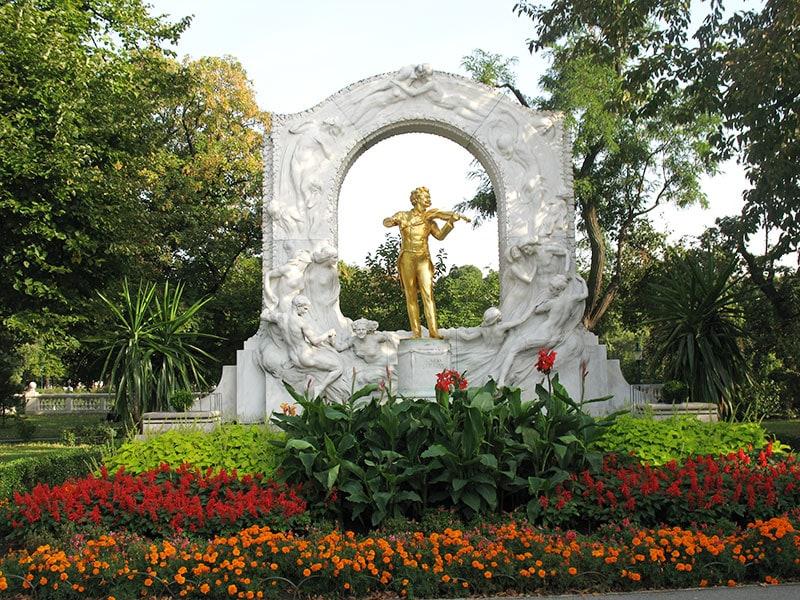 Статуя Иоганна Штрауса в Штадтпарке / фото автора