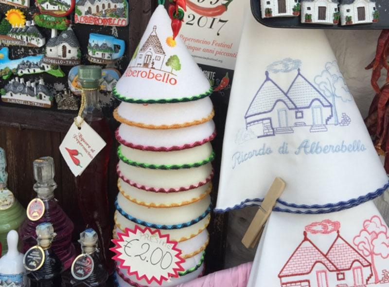 Сувениры в виде трулли в Альберобелло