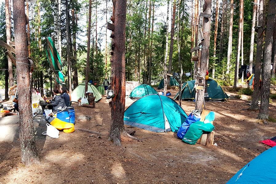 Утро в лагере во время сплава по Шуе в Карелии