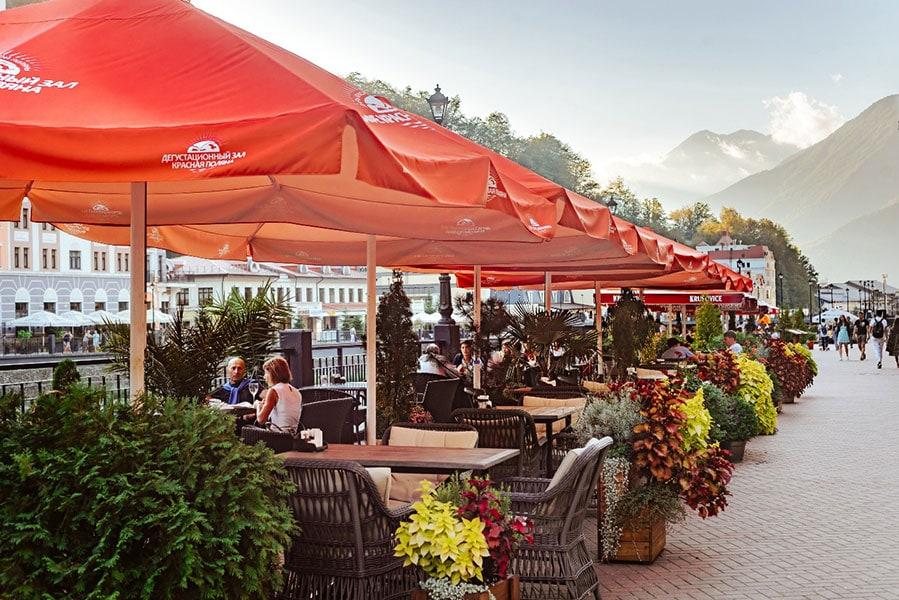 Кафе «Красная Поляна», столики на улице