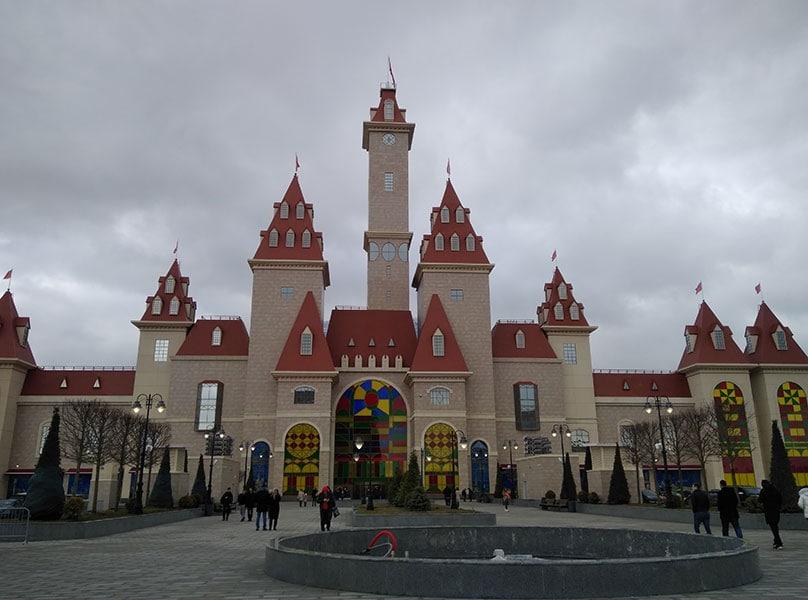 Вид на сказочный замок, в стиле которого выполнен фасад здания парка