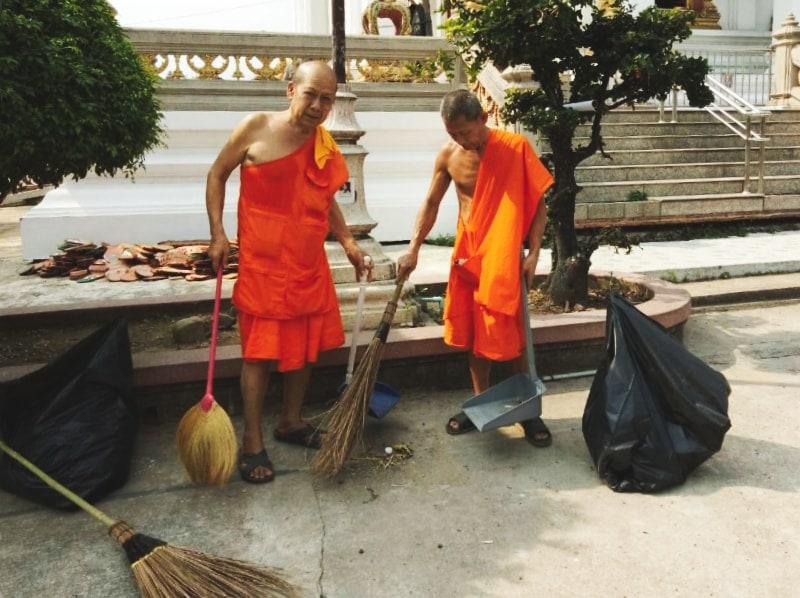 Уборка в буддистским храме