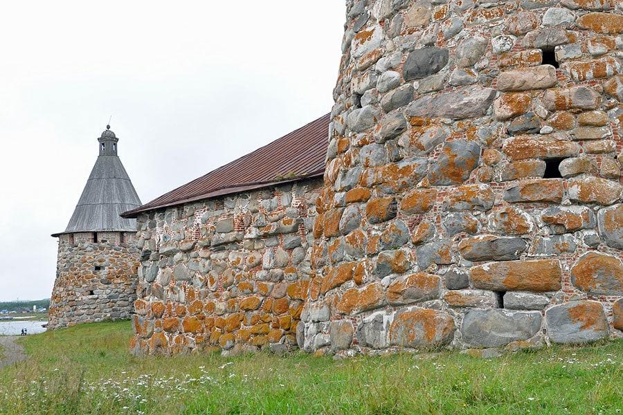 Мощные стены Соловецкой крепости