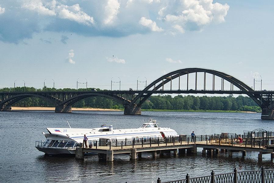 Вид на причал и мост через Волгу