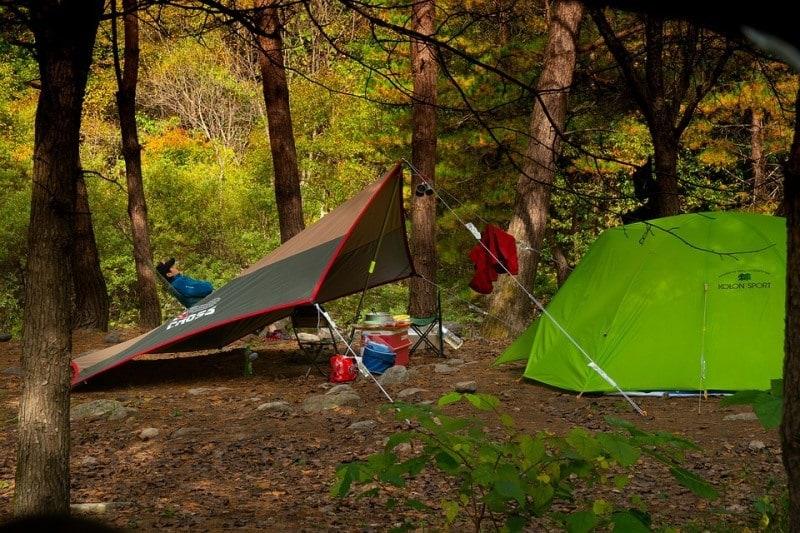 Лагерь в лесу и еще один вариант установки тента