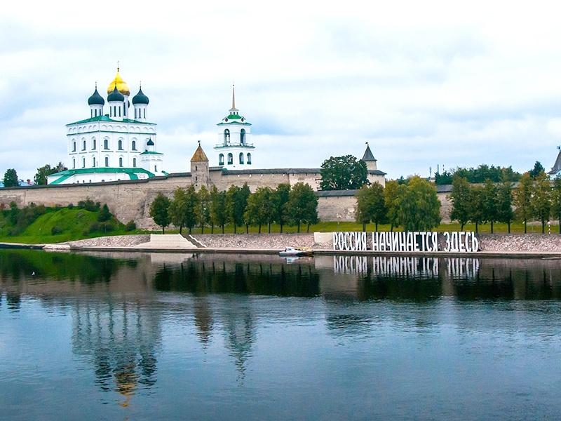 Псков. Набережная реки Великая